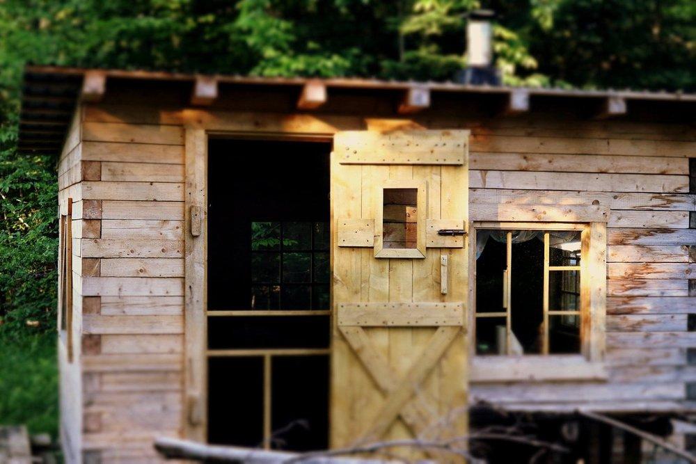 Logements insolites - SuitELit queen, salle de bain privative avec baignoire et douche.ChaletLit double, deux poêles àbois, solarium, toilette, douche extérieure.AUTOBUS CAMPERLits superposés + un divan-lit, un poêle à bois, terrasse.TipisPlate-formes dans les arbres pour tentesCabane dans les arbresEn construction...N'hésitez pas à nous contacter pour connaître nos disponibilités et nos tarifs !