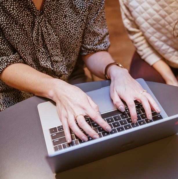two-women-on-laptop_925x.jpg