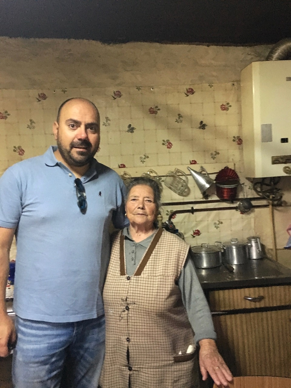 Ao lado de uma grande Senhora! Obrigado avó Maria por tudo o que me tem ensinado. Toda a vida a cozinhar para a família de uma forma singular!Tenho a maior sorte do mundo, quando posso lá estou eu em Alfândega da Fé.