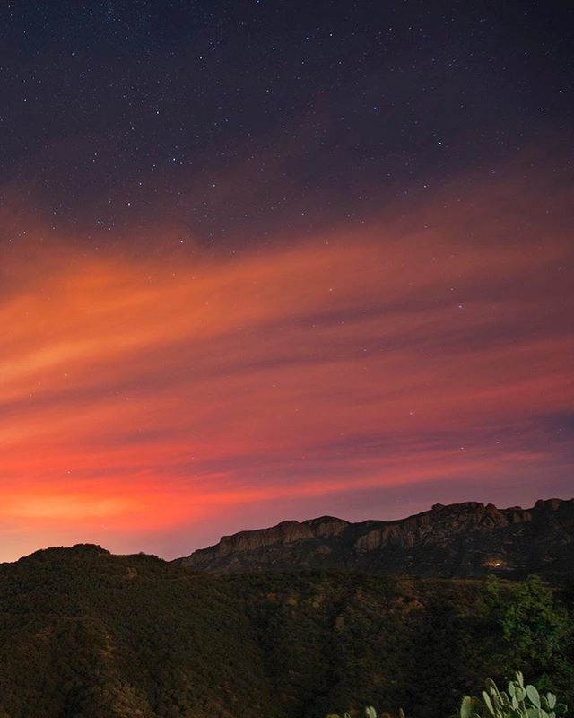 Lately here in Los Angeles the sky has been on fire. Our photographer @champagne.la captured this image of the glow from the #thomasfire burning in the distance last weekend. Our thoughts go out to all of those affected and all of the brave fire fighters battling this relentless inferno.  #californiafires #abc7eyewitness #skyonfire