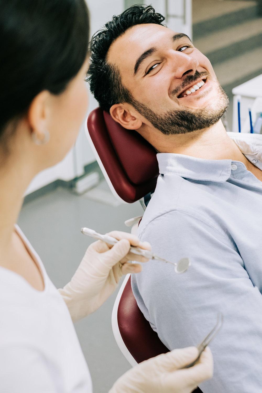 Erwachsene - Bei erwachsenen Patienten arbeiten wir vorwiegend mit der Lingualtechnik. Dabei werden sehr flache Brackets auf den Innenseiten der Zähne befestigt und sind nahezu unsichtbar.mehr erfahren →