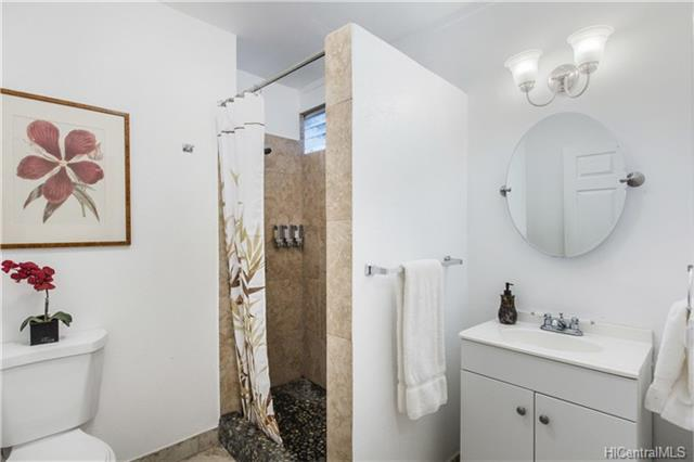 photo 13 bathroom.jpg
