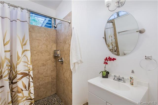 photo 15 shared bathroom.jpg