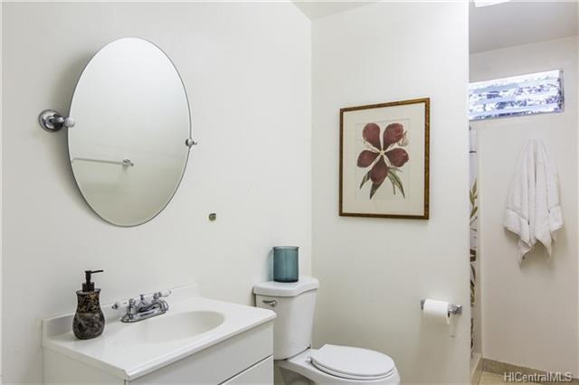 photo 17 shared bathroom.jpg