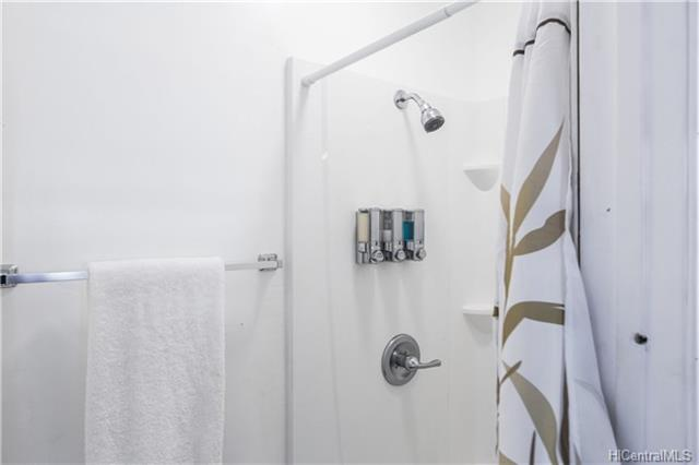 photo 19 shared bathroom.jpg