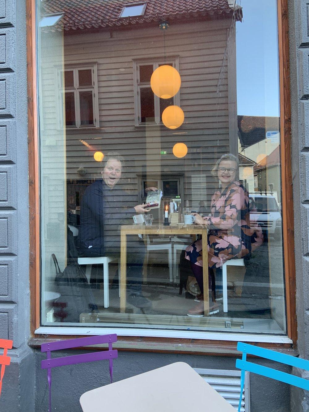 Så glade ble Jan Zahl og Silje Stavrum over at jeg etter å ha valgt snile-kose-metoden inn til Bergen (bybanen) endelig kom fram til Litteraturhuset.