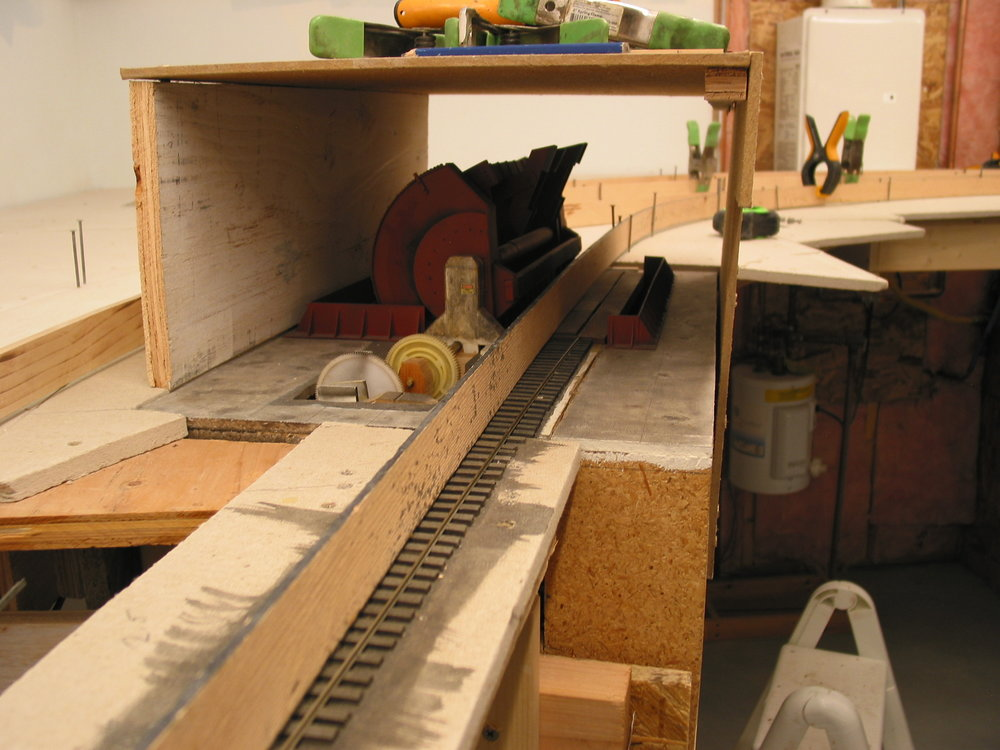 Splines were used to align the rotary trackage with the empties track. A slight grade automatically pulls the hoppers away as the next hopper is placed for dumping.