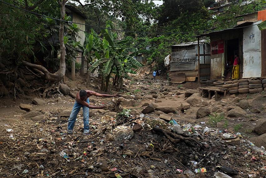 Abdou Nettoie à la main prés de chez lui .P as de service de ramassage des poubelles dans le lit de la rivière. Le tout sera bruler de temps en temps....