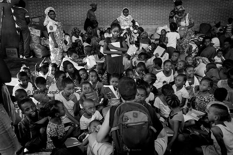 Diverses associations tentent d'intervenir comme ici où l'on improvise des petits cours de Français aux enfants.Ces derniers ne pouvant plus aller à l'ecole suite à l'expulsion de leurs familles de ces 2 villages du sud.