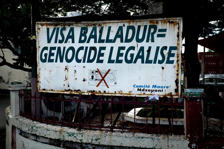 """En novembre 1994, Edouard Balladur, le Premier ministre de l'époque, pas encore candidat déclaré à l'élection présidentielle d'avril-mai 1995, est en visite à Mayotte. Il fait deux annonces fortes : la tenue d'un référendum """"avant la fin du siècle"""" sur les institutions de Mayotte, ainsi que l'instauration d'un visa obligatoire pour les Comoriens qui souhaitent venir dans l'île française..."""