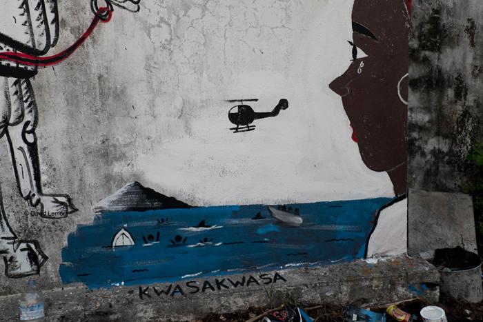 Peinture d un artiste local au CCA ( centre culturel et artistique ) de Moroni .  On y voit la tragédie quotidienne de centaines de Comoriens qui tentent de rejoindre Mayotte en Kwassa (barque de pêcheurs) pour des sommes souvent exorbitantes et avec le risque de sombrer a tout moment vu la petitesse des embarcations et du nombre de passagers evidemment bien trop élevé la plupart du temps...