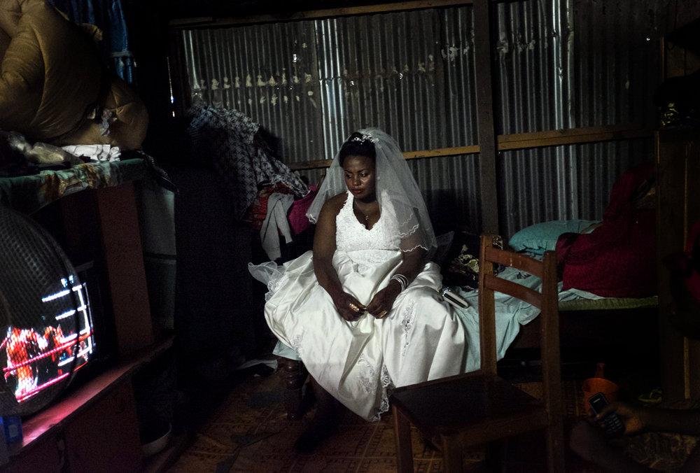 Nadjila , dans le banga ( case en taule) de sa belle famille à Kaweni quelques minutes avant son mariage…