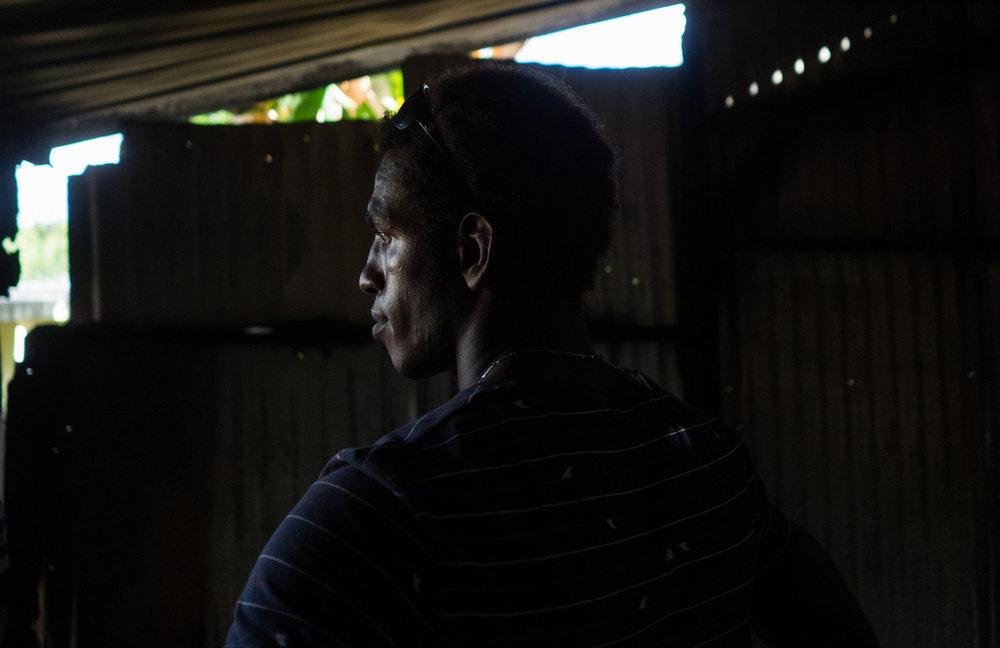 """Abdallah dans une case de son bidonville brûlée par des habitants , suite aux '""""decasages sauvages"""" de clandestins en mars 2018"""
