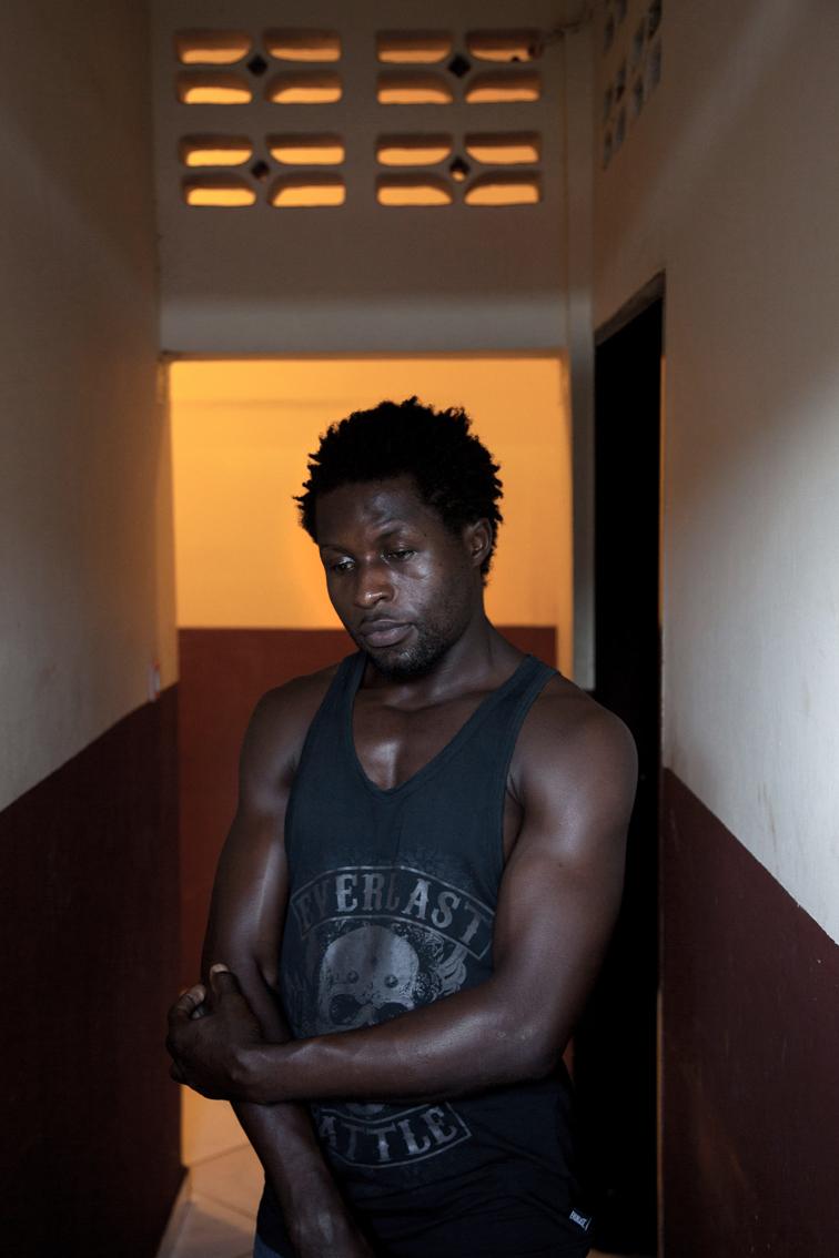 """R. , refugiés clandestin du Congo , dans les locaux de l'association """"Solidarité Mayotte"""" ."""