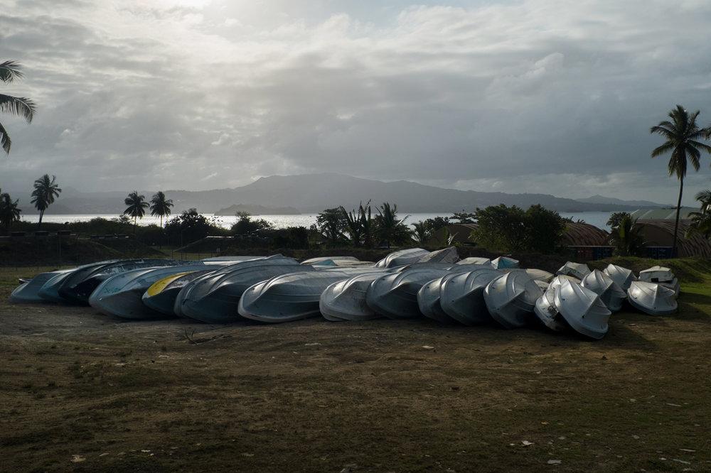 Les kwassas sont des petites barques de pêcheurs qui transportent les clandestins des Comores à Mayotte. la PAF en intercepte presque tous les jours. EIles sont entreposées à Petite Terre avant d'être détruites.