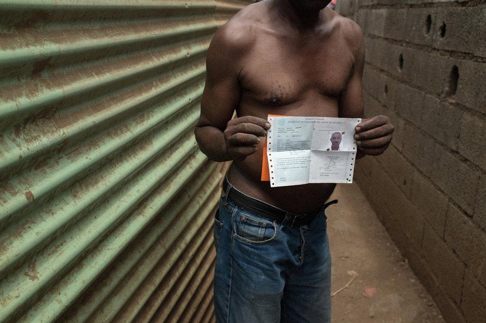 Abdou me montre le récépissé de sa carte de séjour qui prouve qu'il est en cours de régularisation.