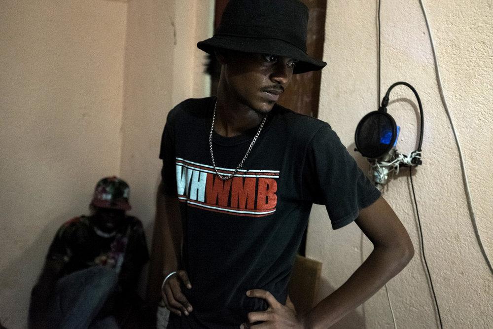 """L'oisiveté, la misère et le chômage entraînent vite les jeunes vers la délinquance. Nakid, 20 ans, avoue avoir fait """"beaucoup de bêtises"""". Aujourd'hui, il préfère se consacrer au rap. Il répète dans la chambre d'un membre de son groupe."""