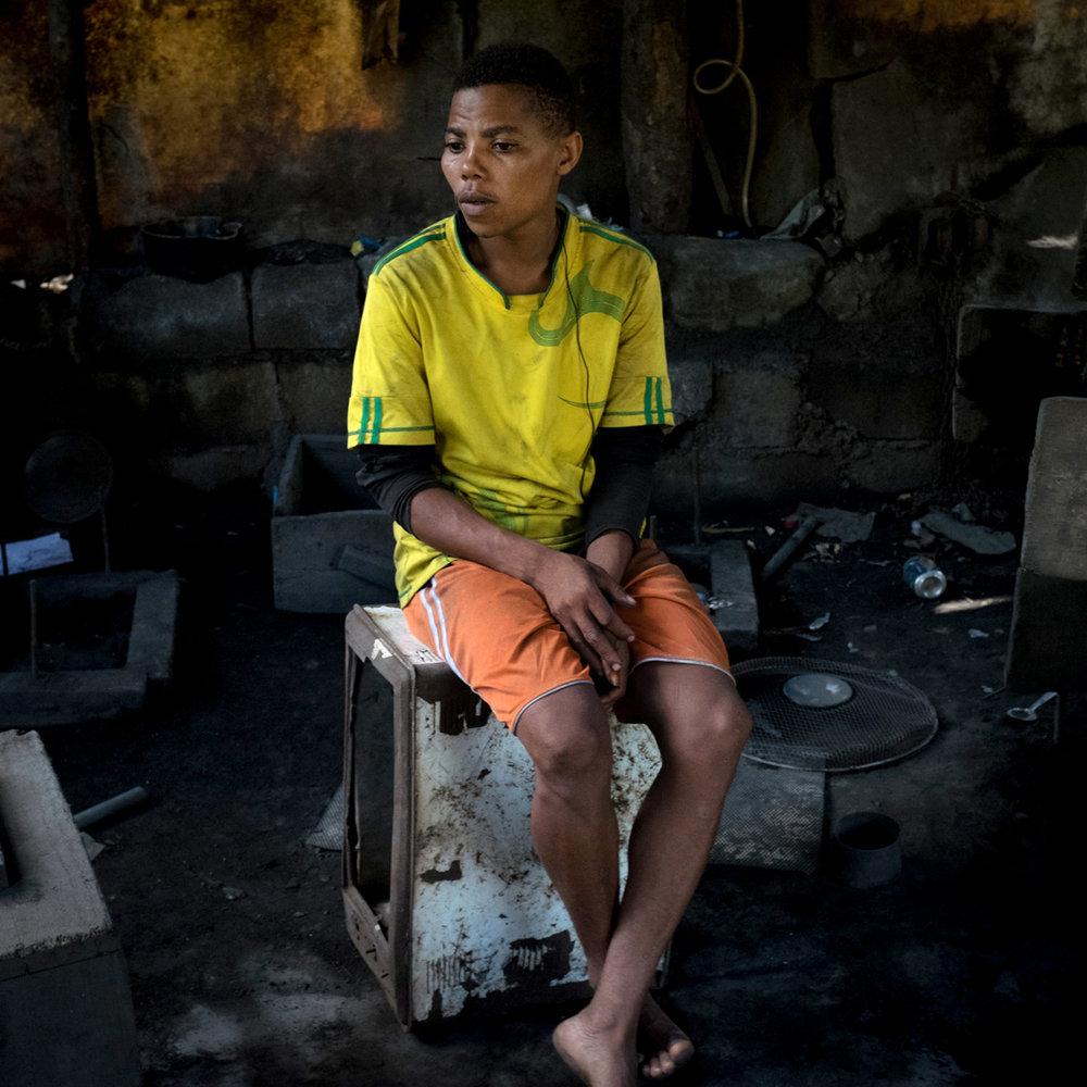 Isham fabrique des Marmites avec son oncle. Clandestin , il ne sort jamais du bidonville de Kaweni ou il vit.