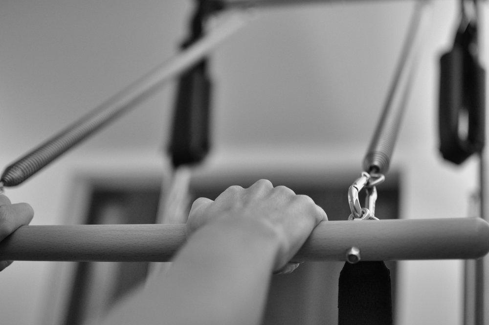 Corsi - Durante la prima lezione si valuta la situazione di partenza e si pianificano gli obiettivi da raggiungereSi consiglia di seguire le lezioni con regolaritáÈ richiesta Una esperienza di almeno 10 lezioni prima di poter partecipare ad un corso a treOgni lezione ha una durata di 60 minutiUna lezione privata saràuna seduta di Pilates 100% personalizzata, in cui ogni esercizio èscelto in funzione degli obiettivi da raggiungere