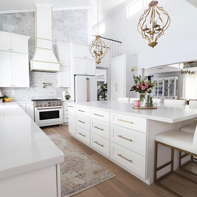 This stunning gold & white kitchen by @classyclutter is GOALS! How stunning is that hood? 😍