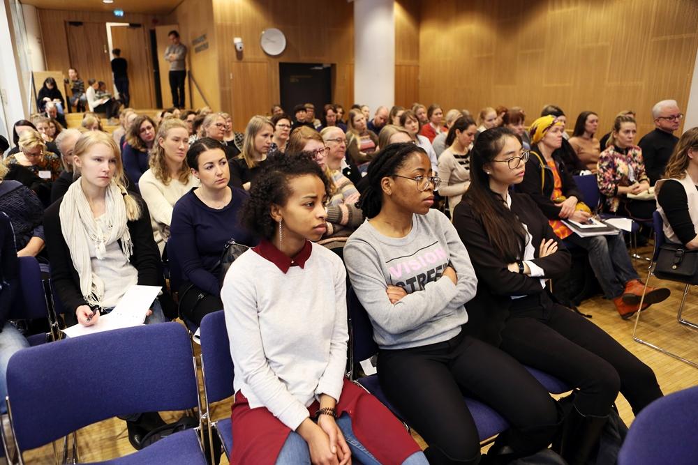 Tilaisuutta seurasi täysi sali kuulijoita.