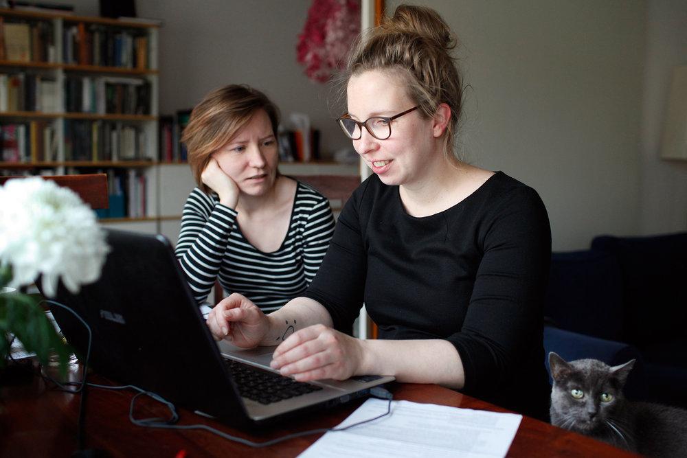 Virpi Vepsäläinen ja Erna Alitalo haastattelemassa nigerialaisia kumppaniehdokkaita Skypen välityksellä joulukuussa 2017.