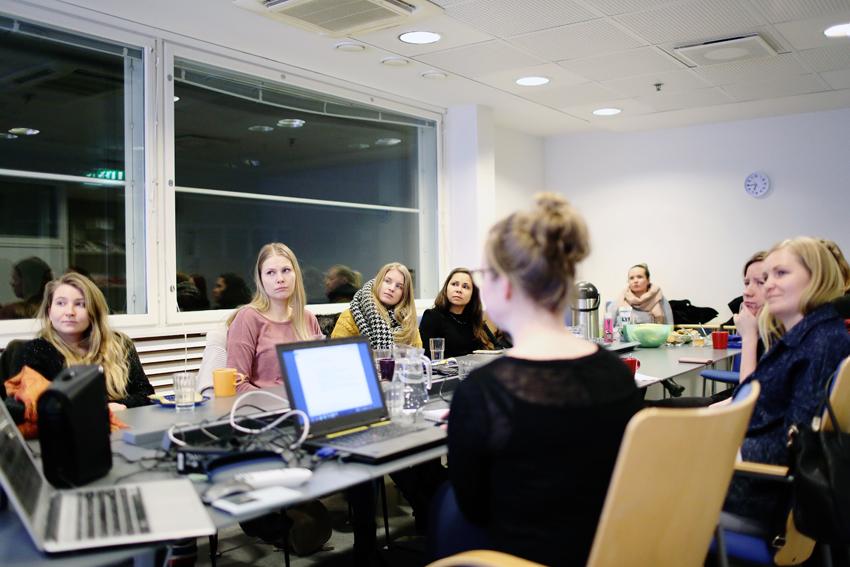 FinnWIDin aktiivit tutkimassa ulkoministeriön hankehaun kriteereitä ja jakamassa tehtäviä hankkeen tausta-analyysin kirjoittamista varten helmikuussa 2018.