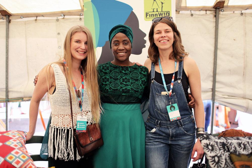 FinnWIDin aktiivit Ella Virtanen, Itohan Okundaye ja Laura Kirjokivi Maailma kylässä -festivaalilla toukokuussa 2018.