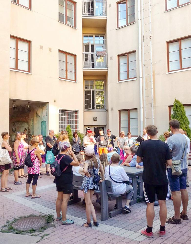 Jokaiselle kävelykierrokselle osallistui kymmeniä kiinnostuneita kuulijoita.