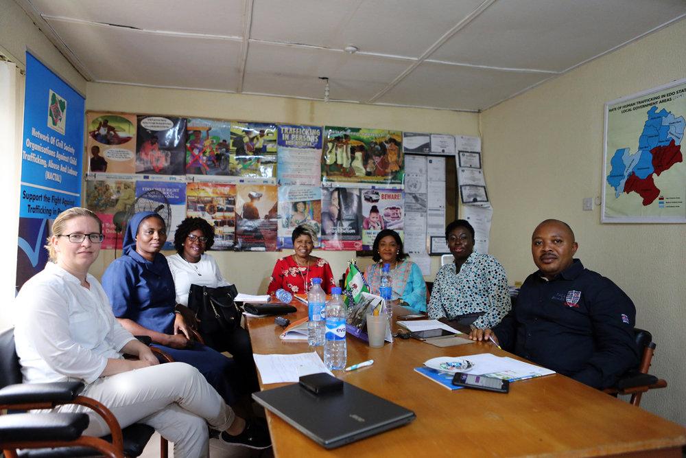 FinnWIDin ja ENCATIP-järjestökoalition tapaaminen Benin Cityssä Idia Renaissance -järjestön toimistolla.