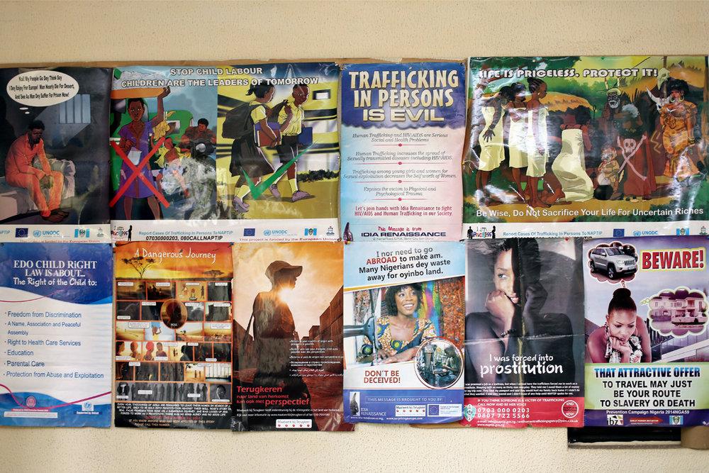 Ihmiskaupan vastaisten projektien julisteita Idia Renaissancen toimiston seinällä.