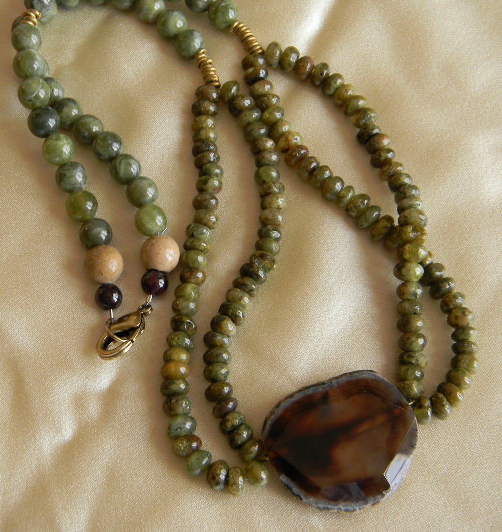 Agate pendant with green garnet beads necklace