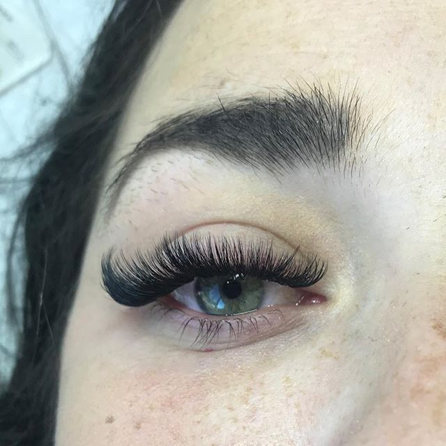 Happy Friday!!! This set made my day! So jealous. It's always fun doing her lashes🖤 #lashlove  #volumelashes #volume #happy #friday