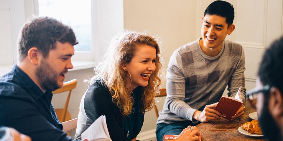 計画し準備する   はじめに答えるべき大切な質問はこれです:どこでやる?何曜日にやる?参加する人達にとって都合の良い開始時間は? 自分のアルファを登録すると簡単スケジューリングツールにアクセスできるようになり、トークを企画したり、休日を避けて予定を立てたり、チームの皆とスケジュールを共有できるようになります。