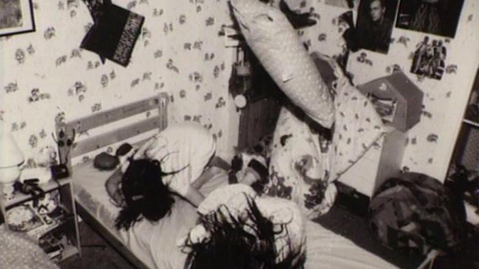 ghostwatch-1992-001-girls-in-bedroom-objects-floating_web.jpg