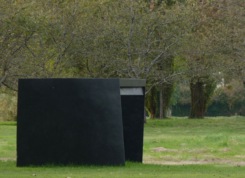 The black sister  . Golf de Sancerre 2016. Dimensions: 140 x 210 x 220 cm. Basalte fabrics, polyester resin and honeycomb structure