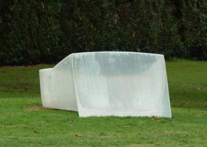 Ecran.  2016  Polyester resin and fiberglass. Dimensions: 60 x 120 x 65 cm