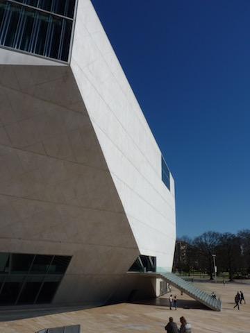 Ce qui est étonnant dans cette construction c'est que de l'extérieur il s'agit vraiment d''un bloc, un volume taillé alors que l'architecture à l'intérieur concerne l'articulation entre les espaces, l'usage donc.  L'ironie de cette partition est que l'intérieur a été conçu avant l'extérieur c'est à dire que les deux auditoriums primaient sur tout le reste, en découlent certains espaces improbables .....