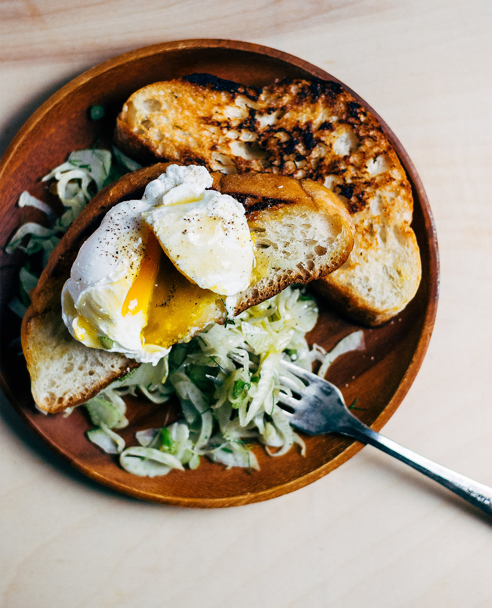 Huevos Escalfados con Tostada en Sartén