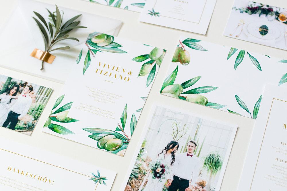 """paper chic - Eine einheitliche Hochzeitspapeterie ist der rote Faden der sich von """"Save the Date"""" bis zur Dankeskarte schlingt. Sie ist Stil- und Farbprägend und rundet ein Hochzeitskonzept sehr schön ab. Wir fertigen für euch individuelle und ausgefallene Papeterie auf unterschiedlichsten Materialien ganz euren Wünschen entsprechend."""
