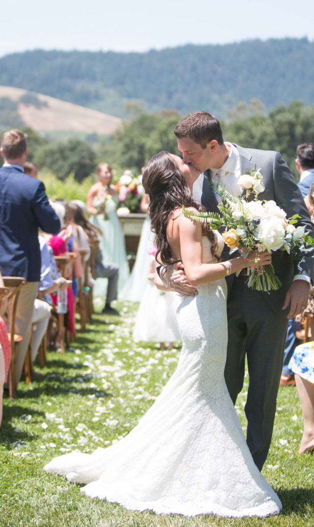 wine-country-wedding-Jasmine Star_The Knot-13-stylemindchiclife-Bride and Groom Kiss