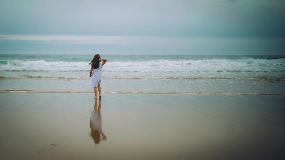 a_girl_at_the_beach_photographer