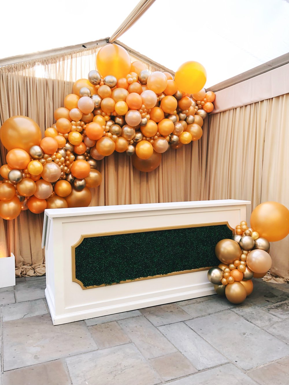 vroom_vroom_balloon_organic_balloon_garlan_installation_nashville_wedding_gold_champagne_bubbly_room.JPG