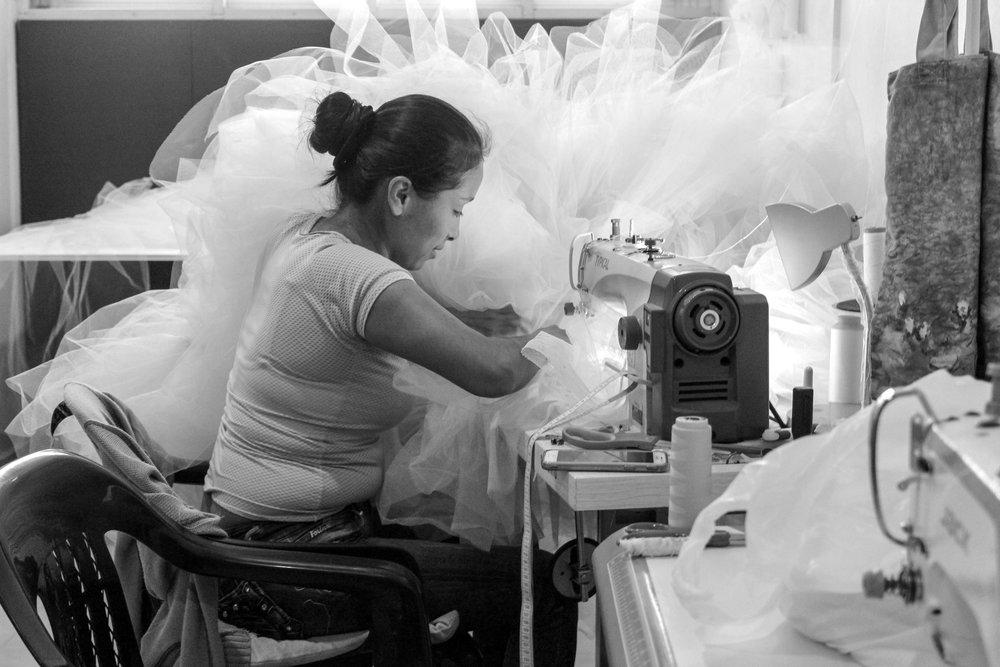 Maria Isabel, cosiendo un vestido en tulle.
