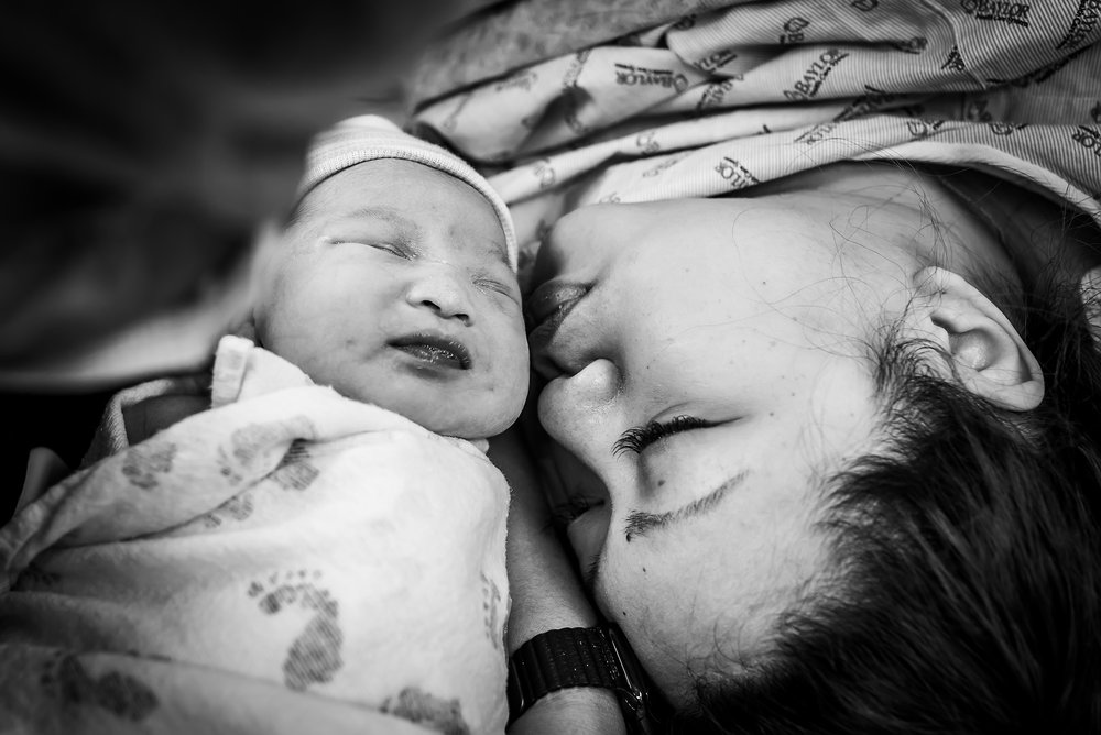 First kiss in the operating room; hospital birth photography in Dallas, Tx