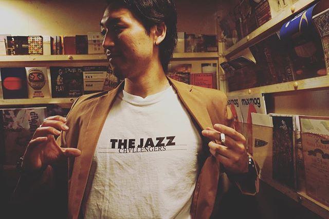 【オフィシャルグッズ紹介!】 . *THE JAZZ CHALLENGERS T-shirt* カラー 黒・白 サイズ S・M・L 1枚 2,000円 . *THE JAZZ CHALLENGERS ステッカー* カラー赤・白・黒 各 300円 3色セット 500円 . 限定グッズになります! 是非会場にて手に取ってみられてください! . ※なお1枚目は着用イメージです。以前のデザインになります。 #thejazzchallengers #jazzchallengers #jazz  #WillermDelisfort #jazzlive #jazzbar #ジャズ #ジャズライブ #ジャズ好きな人と繋がりたい #music #modernjazz #hardbop #モダンジャズ #ハードバップ #音楽好きな人と繋がりたい #ライブ好きな人と繋がりたい #お酒 #お酒好きな人と繋がりたい#fukuoka #福岡 #tokyo #東京 #challengerstokyo #session #backstage #セッション