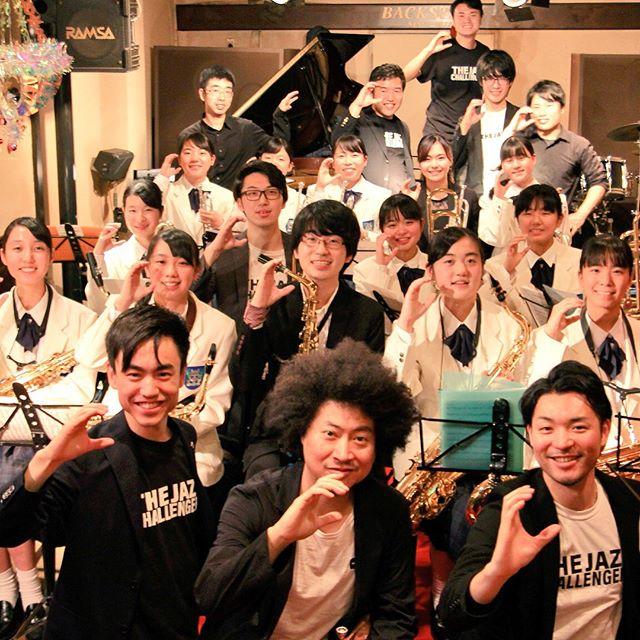 昨年の末にできたThe JAZZ Challengers。先日12/27でやっと1周年を迎えました。  多くの方々のサポートあり少しづつですが、前進していると思います。  2018年最後のプロジェクトは、精華女子高校の吹奏楽部をフューチャーしたNext Challengers Project。 スペシャルゲストの黒田卓也さんをはじめ、各地のChallengersやJuniorのメンバーが盛り上げてくれ、お客さんに大好評頂きました。  2019年も素晴らしいプロジェクトを予定しておりますので、今後ともThe JAZZ Challengersをよろしくお願い申し上げます。  #thejazzchallengers #jazzchallengers #jazz #jazzlive #jazzbar #ジャズ #ジャズライブ #ジャズ好きな人と繋がりたい #music #modernjazz #hardbop #モダンジャズ #ハードバップ #音楽好きな人と繋がりたい #ライブ好きな人と繋がりたい #お酒 #お酒好きな人と繋がりたい#fukuoka #福岡 #tokyo #東京 #challengerstokyo#glassy #&jazz#黒田卓也 #kurodatakuya #moritomohiro #精華女子高校 #精華女子高校吹奏楽部