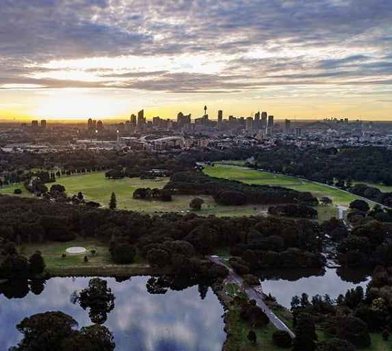 ☀️In the Eastern suburbs, we are so lucky to have access to both stunning beaches and park lands. 🌳 Centennial Park is one of my top spots for park lovers. Image via @centparkland