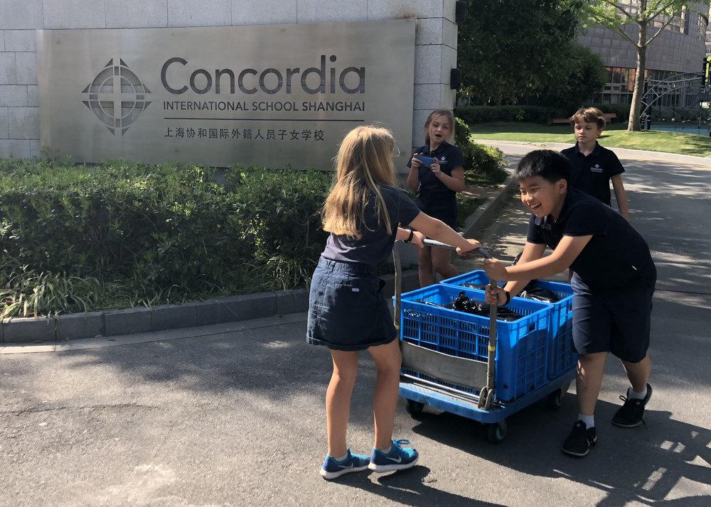Concordia 4th Grade Students deliver precious compost to a truck bound for partner organic farm,500Jia.