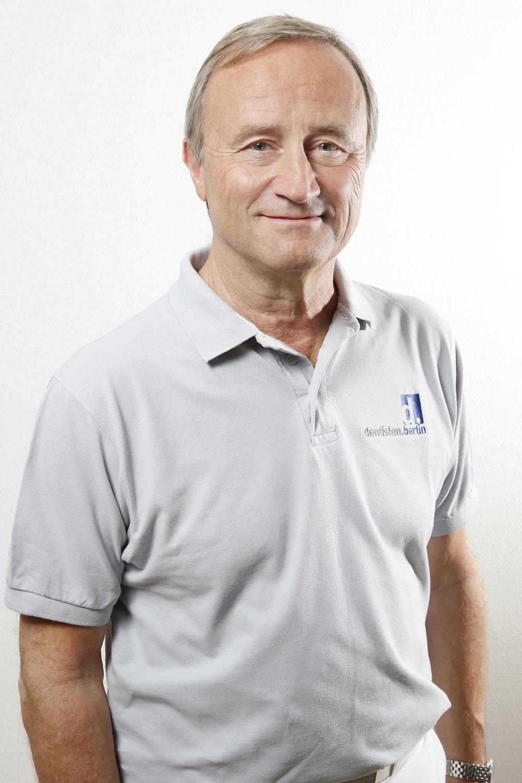"""Peter Neumann - Examen 1982 in Dresden, seit 1991 mit der CEREC-Technik verbunden, auch als zertifizierter Trainer, sowie nationaler und internationaler Referent auf diesem Gebiet. Spezialisiert ist er besonders auf Frontzahnrestaurationen. Ausserdem zählt die Prothetik und Implantologie zu seinen bevorzugten Fachgebieten. Mitbegründer, Gesellschafter und Referent der """"Digital Dental Academy"""" DDA Berlin."""